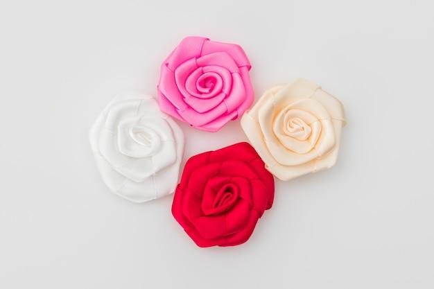 Fiore Della Rosa Del Nastro Su Sfondo Bianco Scaricare Foto Gratis