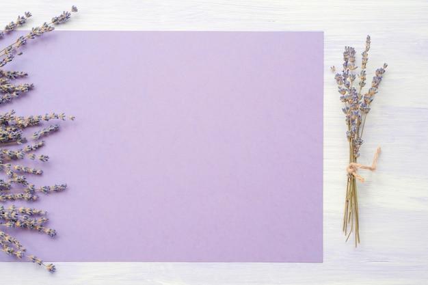 Fiore di lavanda sulla carta viola sullo sfondo Foto Gratuite