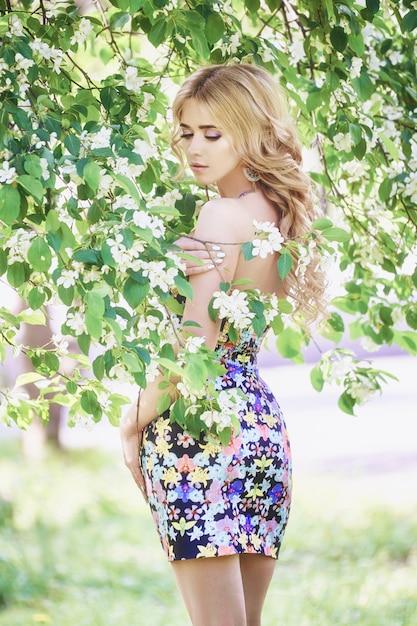Fiore lilla della giovane donna bella moda all'aperto Foto Premium