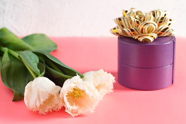 Fiori 8 marzo. festa della donna. congratulazione Foto Premium