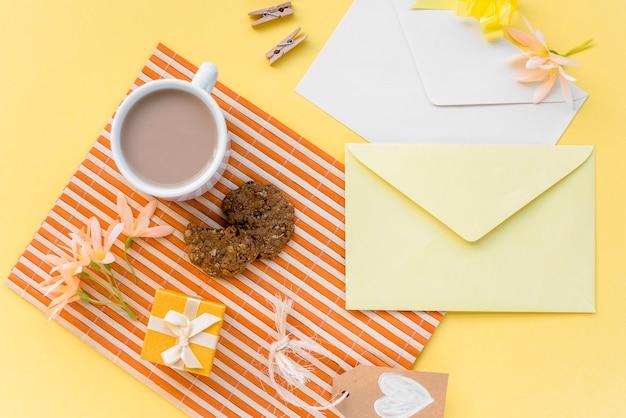 Fiori con buste, caffè e biscotti Foto Gratuite