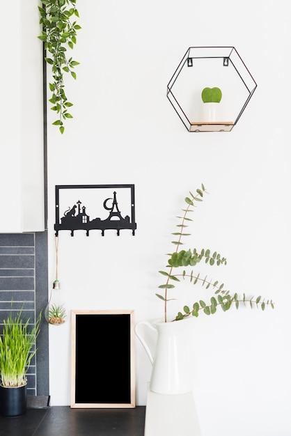 Fiori decorativi con una lavagna Foto Gratuite