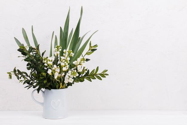Fiori decorativi in un vaso Foto Gratuite