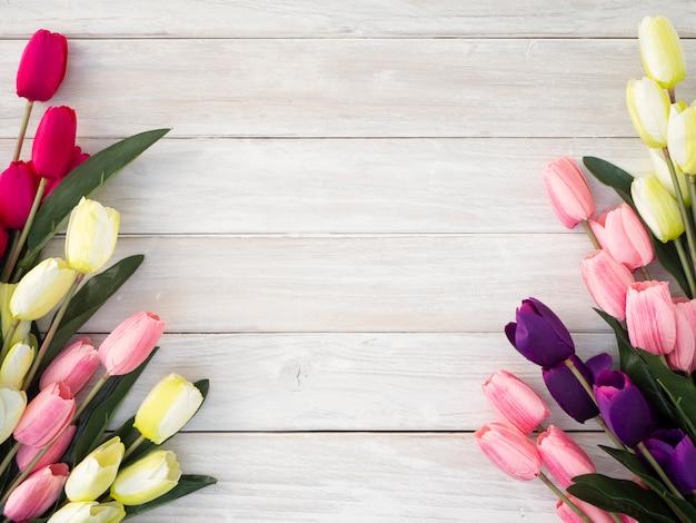 Fiori dei tulipani della primavera su un vecchio di legno Foto Premium