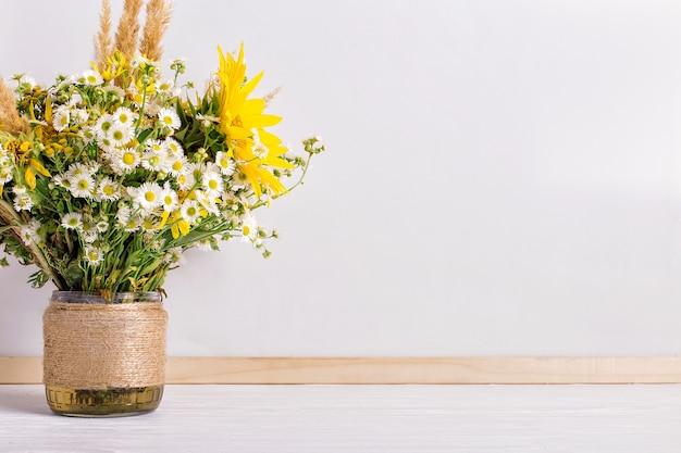 Fiori di campo in un vaso fatto a mano Foto Premium