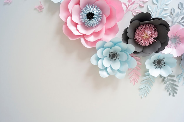 Fiori di carta multicolore in colori pastello e sfondo bianco Foto Premium