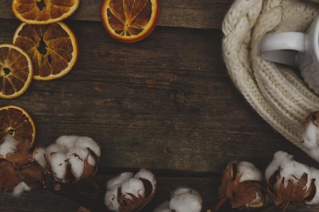 Fiori di cotone sul tavolo di legno Foto Gratuite