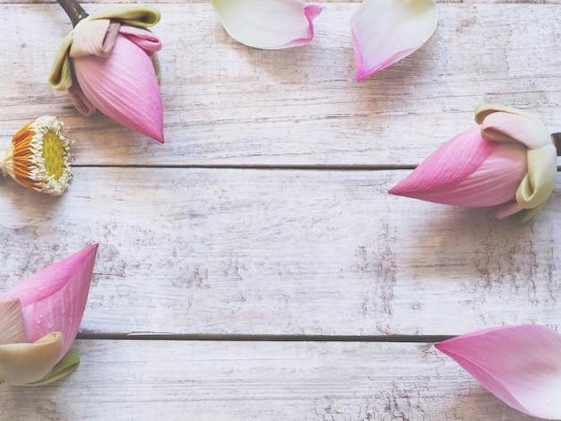 Fiori di loto rosa sul fondo di legno della tavola Foto Premium