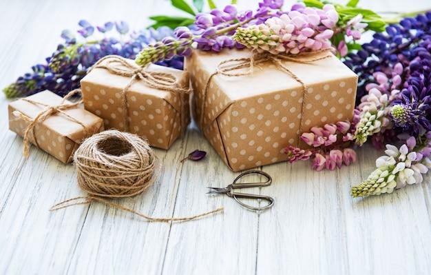 Fiori di lupino e scatole regalo Foto Premium