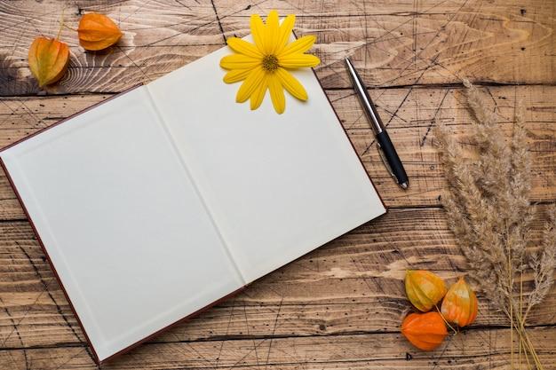 Fiori e blocco note di autunno per testo Foto Premium