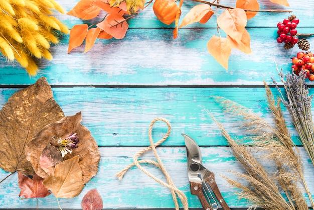 Fiori e foglie di autunno secchi sulla tavola Foto Gratuite
