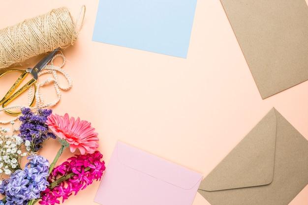 Fiori e partecipazioni di nozze con spazio di copia Foto Gratuite