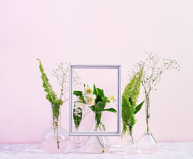 Fiori e piante in pallone con cornice. bellissimi fiori in vaso. Foto Premium