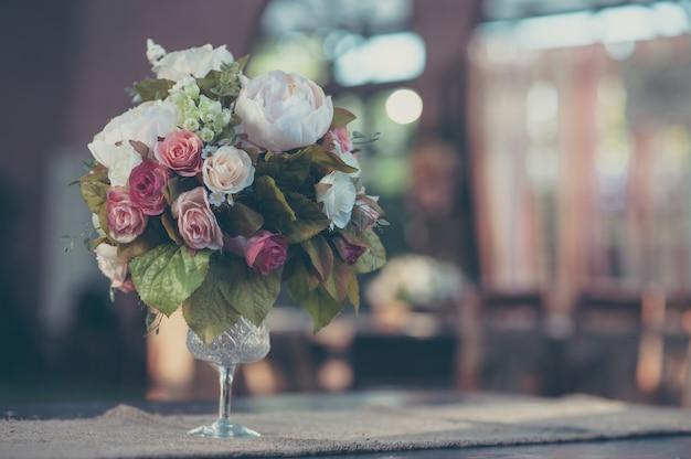 Fiori in un servizio da tavola in vetro vintage Foto Premium