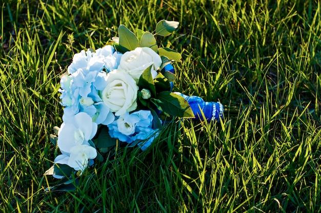 Fiori matrimonio in estate esci dalla cerimonia nuziale con l'acqua. Foto Premium