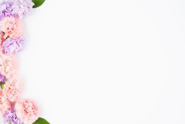 Fiori pastello che incorniciano un lato Foto Gratuite