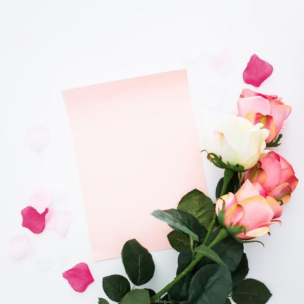 Fiori romantici con carta bianca Foto Gratuite