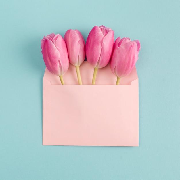 Fiori rosa in busta di carta Foto Gratuite