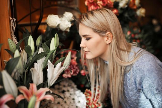 Fiori sententi l'odore della donna graziosa Foto Premium