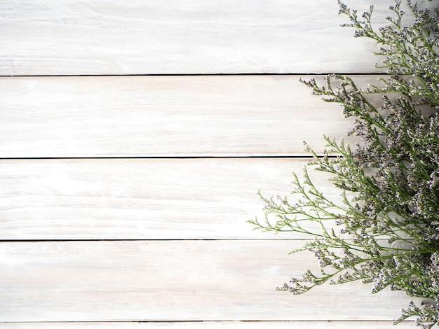 Fiori viola del limonium su fondo di legno bianco Foto Premium