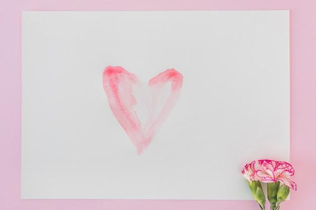 Fioritura meravigliosa e carta con cuore dipinto Foto Gratuite