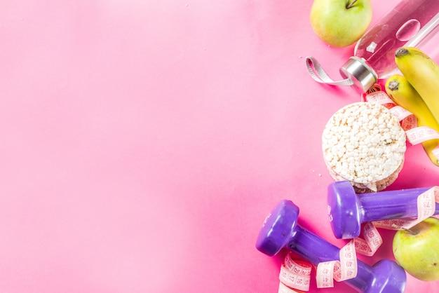 Fitness e cibo sano sul rosa Foto Premium