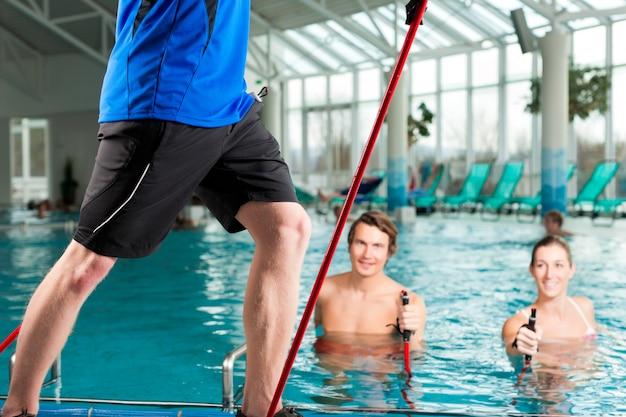 Fitness - ginnastica sportiva sott'acqua in piscina Foto Premium