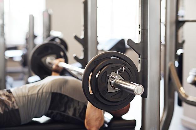 Fitness in palestra, sollevamento pesi Foto Gratuite