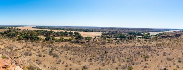 Fiume che attraversa il paesaggio del deserto del parco nazionale di mapungubwe, destinazione di viaggio in sudafrica Foto Premium