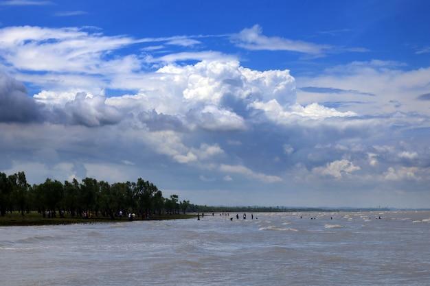 Fiume con bel cielo blu, guliakhali, bangladesh. Foto Premium