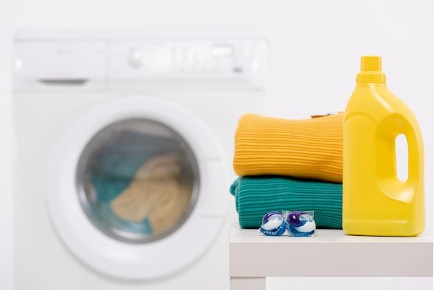 Flacone detergente giallo con compresse di lavaggio Foto Gratuite
