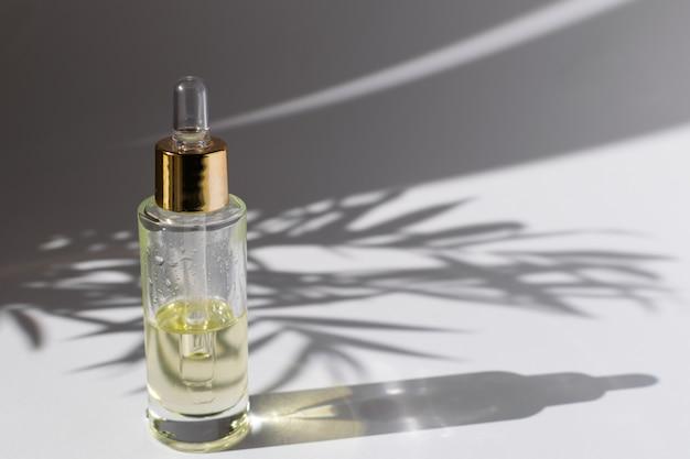 Flacone di vetro con contagocce con olio cosmetico o siero Foto Premium