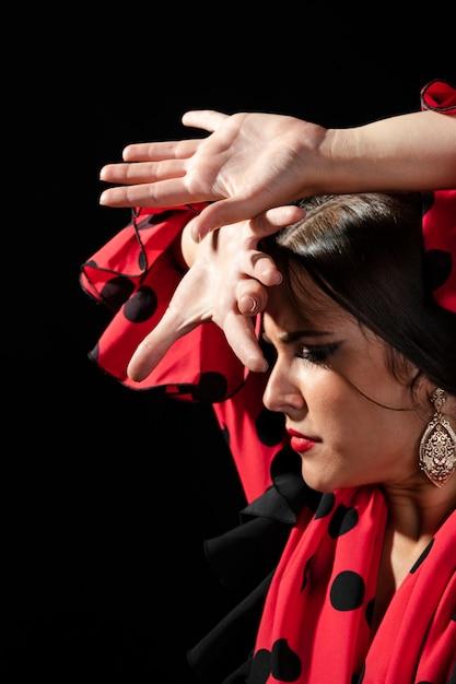 Flamenca esegue floreo guardando in basso Foto Gratuite