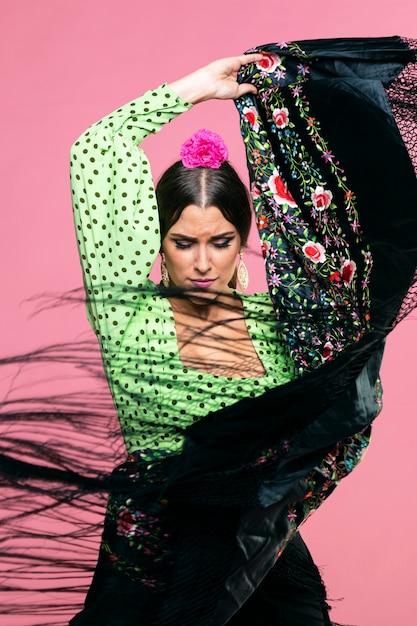 Flamenca esibendosi con scialle di manila Foto Gratuite