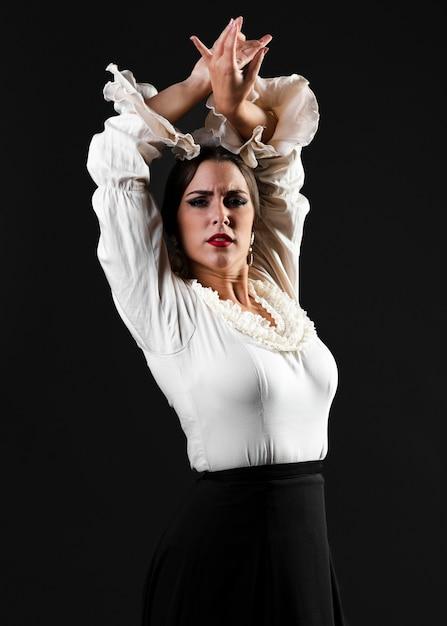 Flamenca guardando la fotocamera con le mani in alto Foto Gratuite