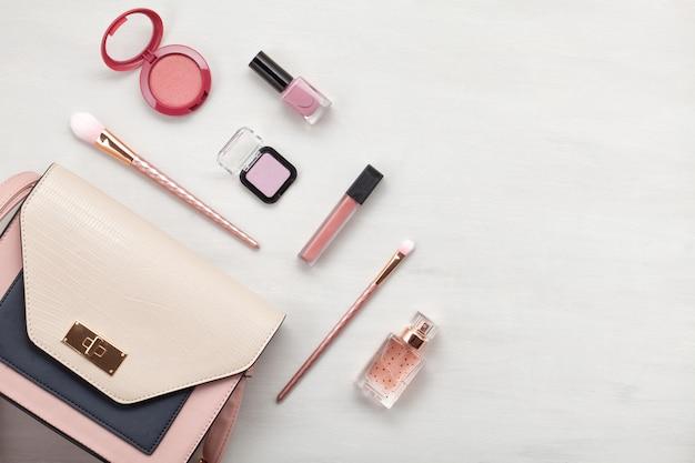 Flat lay con accessori donna. moda, tendenze e concetto di shopping Foto Premium