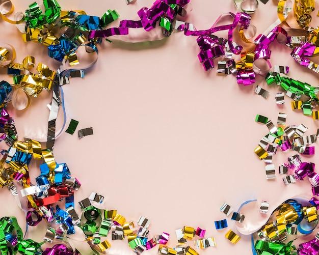 Flay laici della cornice di coriandoli per il carnevale Foto Gratuite