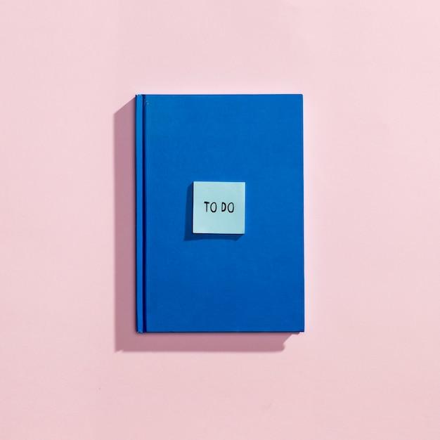 Flay si distende dagli elementi scolastici con la copertina del libro Foto Gratuite