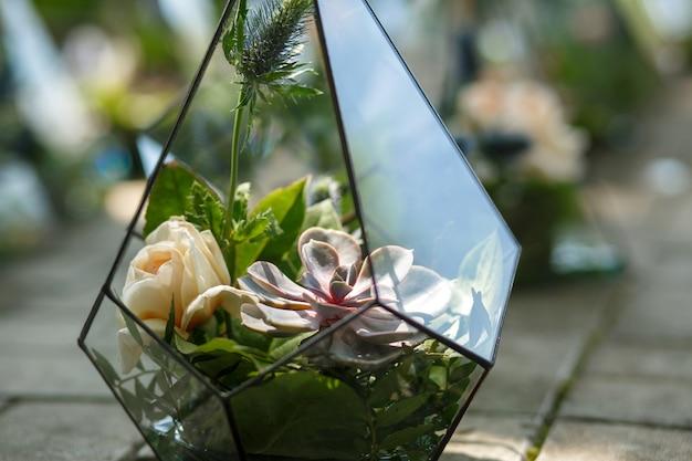 Florarium con succulenti freschi e fiori di rosa. Foto Premium