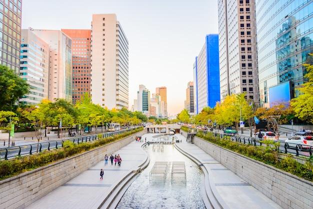 Flusso di cheonggyecheon nella città di seoul Foto Gratuite