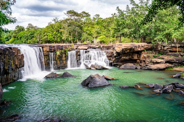 Flusso regolare una cascata di tadtone in chaiyaphum tailandia Foto Premium