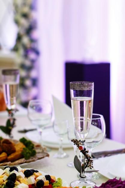 Flute di champagne decorate con piccoli rami si trova sul tavolo da pranzo scaricare foto gratis - Si trovano sul tavolo da pranzo 94 ...