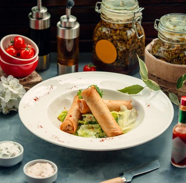 Focaccia fritta ripiena di verdure servita con lattuga nel piatto di minestra Foto Gratuite