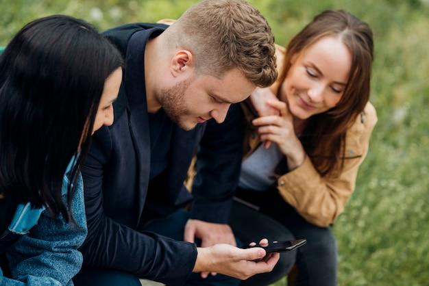 Focalizzato persone sedute e usando il cellulare Foto Gratuite