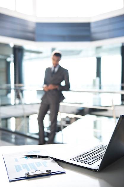 Focus su documenti e laptop sul tavolo. Foto Premium