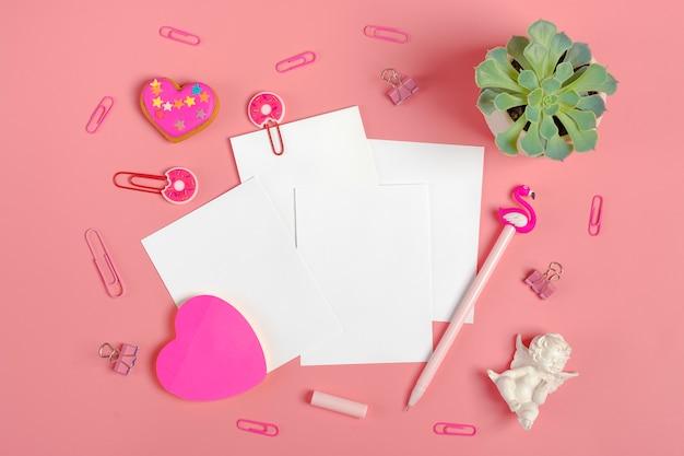 Fogli per appunti, fermagli, penna - fenicottero, sukulent, adesivi cuore, pan di zenzero, angelo Foto Premium