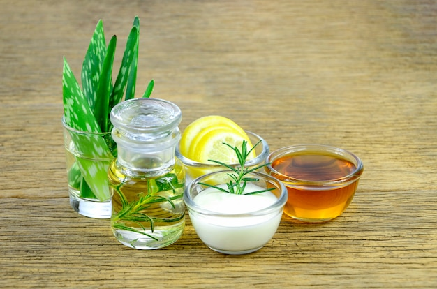 Foglie di aloe vera e olio essenziale per rimedi omeopatici. Foto Premium