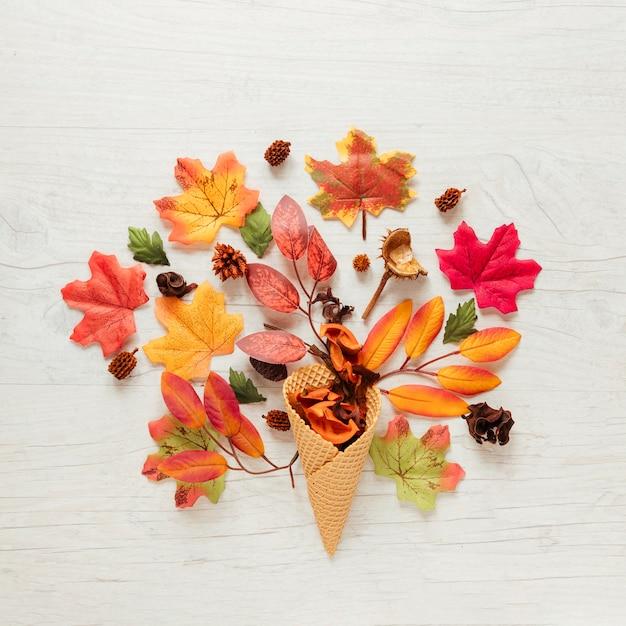 Foglie di autunno di vista superiore con fondo di legno Foto Gratuite