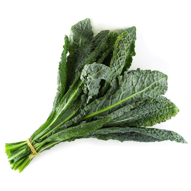 Foglie di cavolo verde organico fresco isolato su sfondo bianco Foto Premium