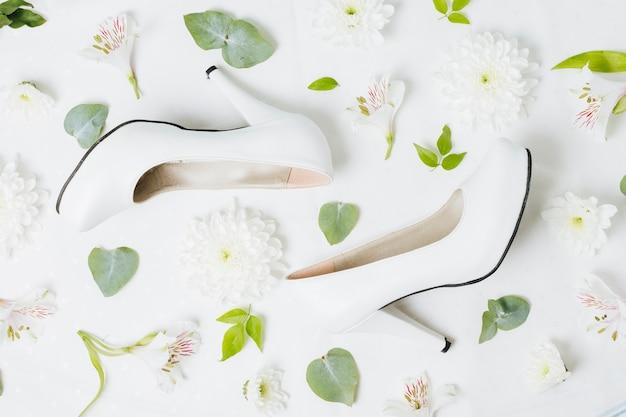 Foglie di fiori bianchi con foglie su sfondo bianco Foto Gratuite
